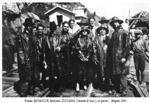 Grupo de gente en la vía férrea