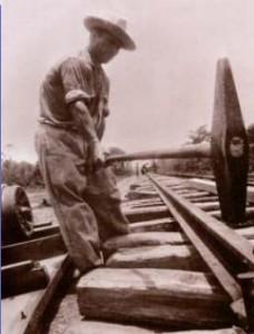 Hombre trabajando en una vía férrea