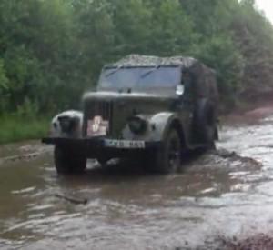Jeep GAS mostrando su mejor desempeño en terreno con agua y barro